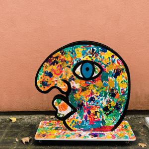 Kunstfigur Eddy rollend im Herbst